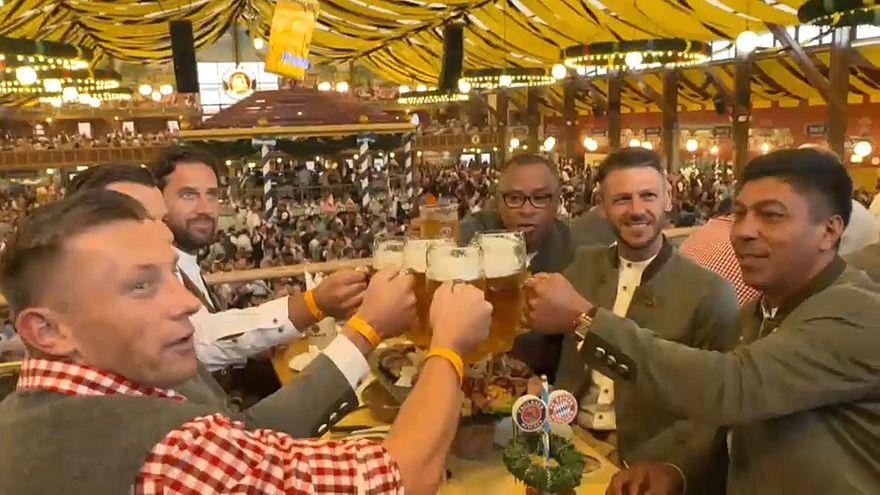 لاعبو بايرن ميونخ السابقين يشربون البيرة ويمدحون لوكا مودريتش