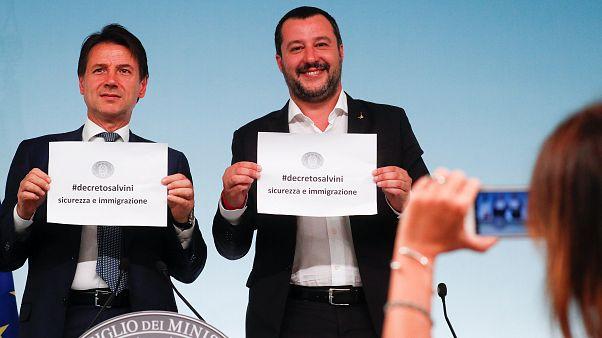 رئيس الحكومة الإيطالية جوسيبي كونتي (يسار) ووزير الداخلية ماتيو سالفيني
