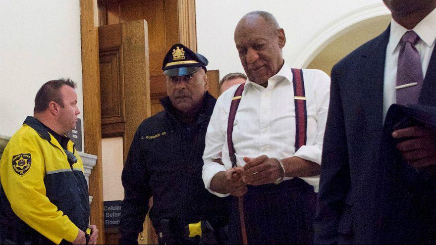 Bill Cosby deixa o tribunal já algemado rumo à cadeia