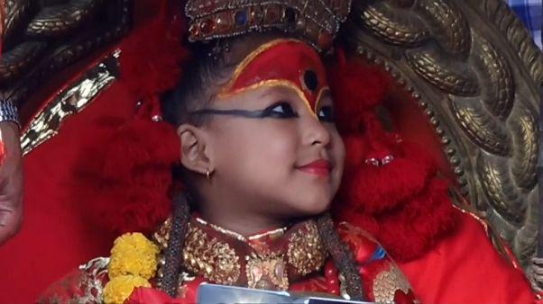 """Népal : Première apparition de la plus jeune """"déesse vivante"""""""