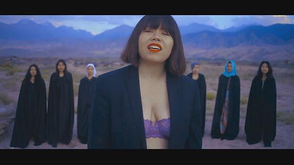 Απειλούν τραγουδίστρια γιατί εμφανίζεται σε βίντεοκλιπ με...στηθόδεσμο!