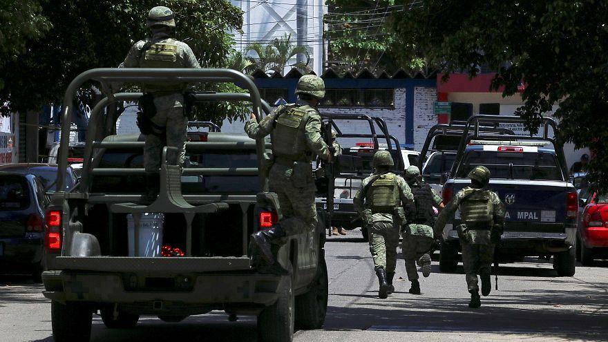 Meksika'da askerlerden emniyete baskın: Gözaltılar var