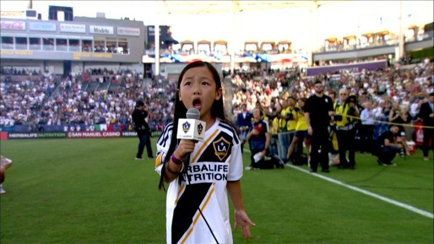 Menina de 7 anos impressiona a cantar o hino dos EUA no jogo dos LA Galaxy