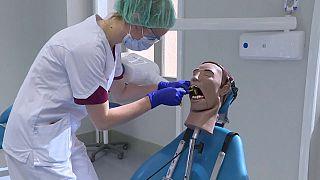 شاهد: دمى بشرية لتدريب طلبة كلية طب الأسنان في فرنسا