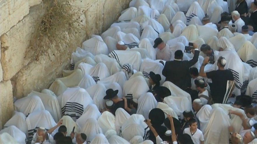شاهد : آلاف اليهود يمارسون طقساً دينياً عند حائط المبكى بالقدس