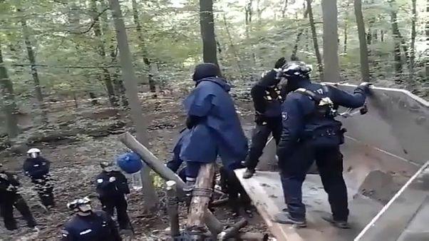فيديو: اشتباكات بين نشطاء والشرطة الألمانية احتجاجا على إزالة غابة