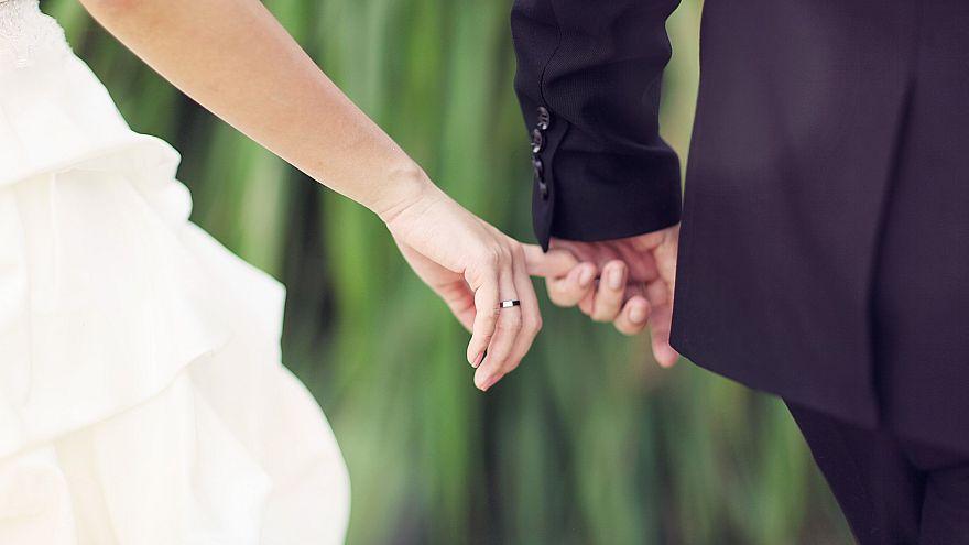 """يوميات عروس """"مفروسة"""": حماتي اشترت فستانا أجمل من فستان زفافي لتلبسه يوم عرسي والمعلقون يتندرون"""