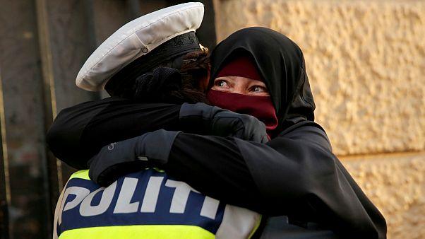دانمارک؛ تحقیق درباره پلیسی که زن معترض برقع پوش را در آغوش کشید