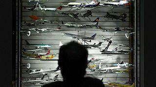 إيرلندي يتبرع بأكبر مجموعة نماذج مصغرة للطائرات في العالم  جمعها في نصف قرن