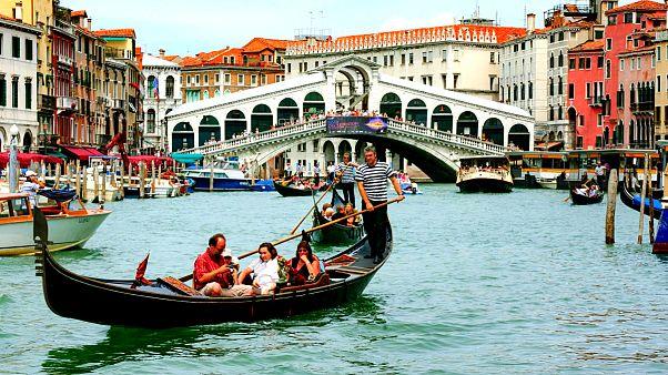 Venedik'te yoğun turist akınına karşı alkol yasağı