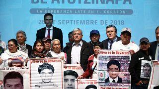 Andrés Manuel López Obrador con familiares de los 43 desaparecidos.