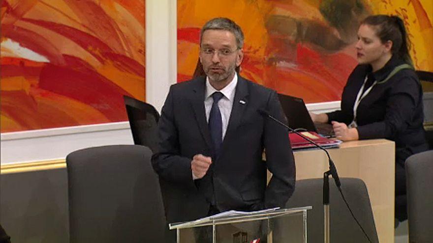 Nem buktatták meg az osztrák belügyminisztert
