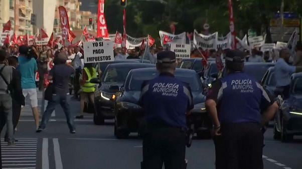 """سائقو سيارات في شركتي """"أوبر"""" و""""كابيفي"""" بإسبانيا: """"نريد أن نعمل"""""""