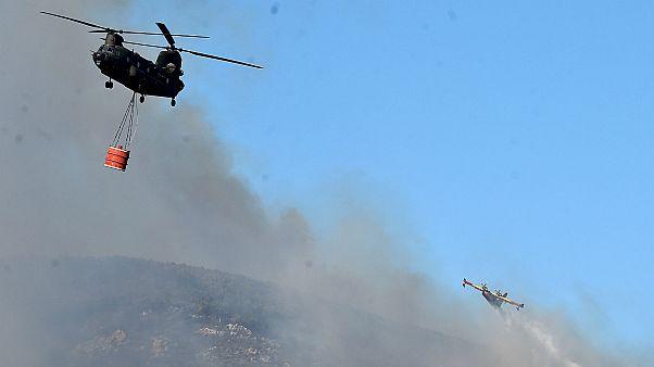 Un canadair et un hélicoptère tentent d'éteindre un incendie en Italie