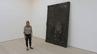 """""""Black Mirror, el arte como sátira social"""", un espejo de nuestras locuras en la Galería Saatchi"""