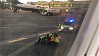 شاهد: إلقاء القبض على مسافر إيرلندي حاول اللحاق بالطائرة مهما كان الثمن