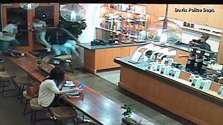 ویدئو؛ دزدیدن لپ تاپ مشتری در کافیشاپ
