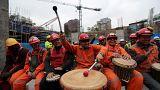 Obreros en Santiago de Chile tocan tambores para combatir el estrés.