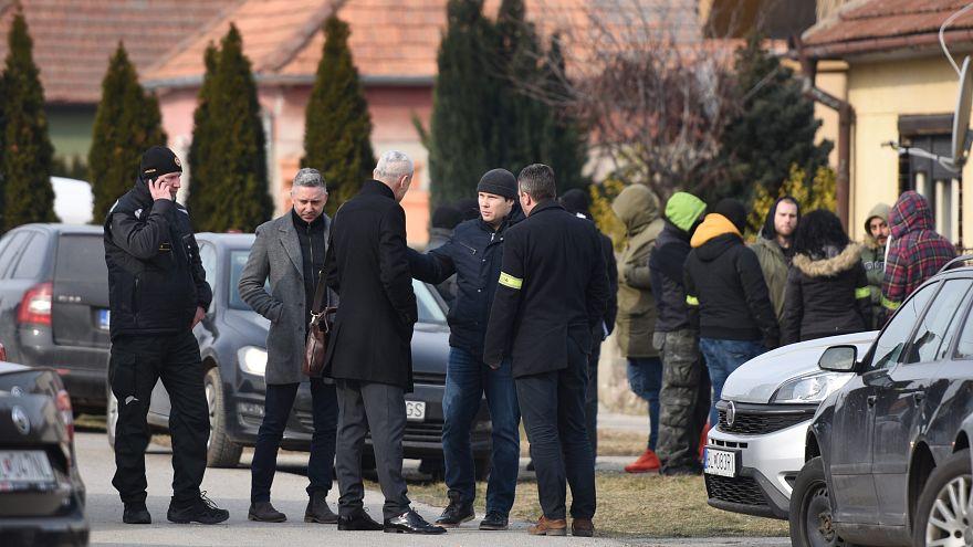 Rendőrök a februári gyilkosság helyszínén