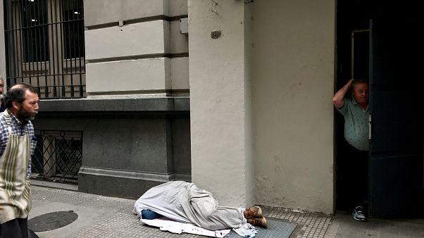 Una persona durmiendo en la calle en el distrito financiero de Buenos Aires