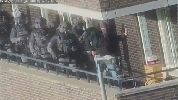 """شاهد: لحظة القبض على 7 أشخاص في هولندا يشتبه في تخطيطهم لهجوم """"إرهابي"""""""