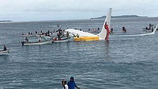 Avião falha pista e acaba no mar na Micronésia