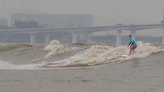 Egy kínai folyón rendeztek szörfversenyt