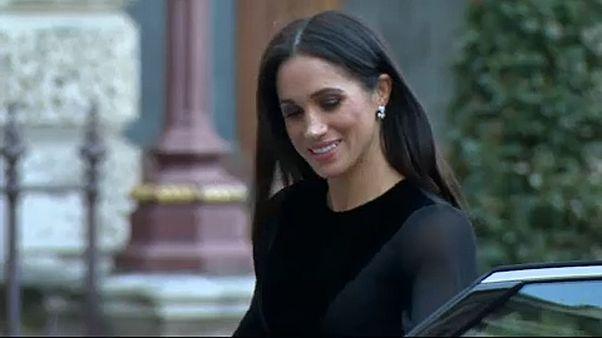 زوجة الأمير هاري تتجاوز التقاليد الملكية البريطانية وتغلق باب السيارة بيدها
