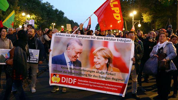 In Berlin und im Internet: Protest gegen Erdogan in 10 Tweets
