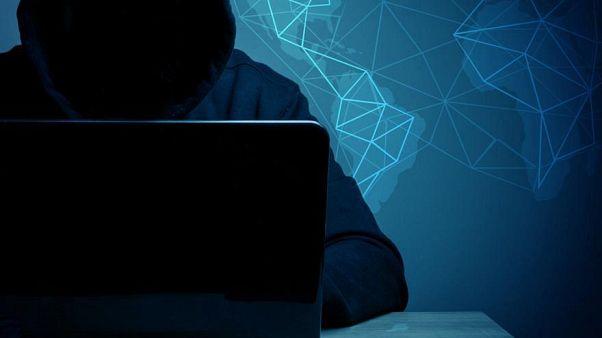 هاكر محترف يتحدى مؤسس فيسبوك ويهدد باختراق صفحته