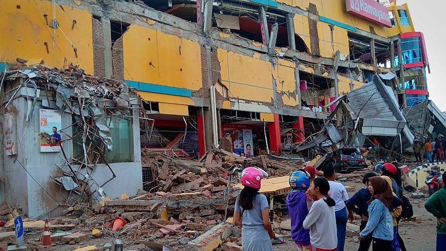 Sismos e tsunami fazem pelo menos 384 mortos na Indonésia