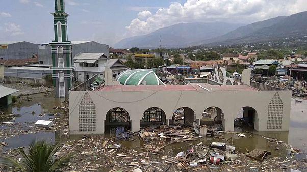 أكثر من 380 قتيلا في زلزال هز إندونيسيا تبعها أمواج مد تسونامي العاتية
