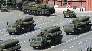 """جانب من العرض العسكري في موسكو وتظهر فيه منظومة الدفاع الصاروخي """"إس-400"""""""