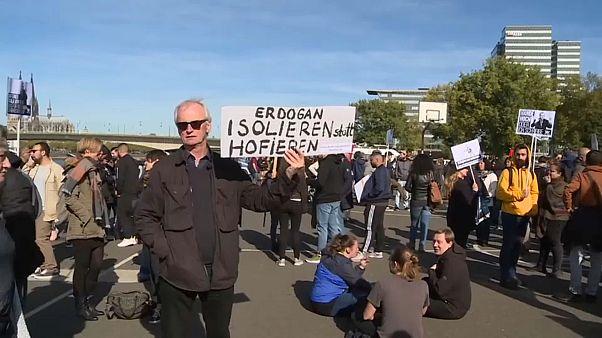 مظاهرات ضد زيارة إردوغان لافتتاح مسجد في كولونيا بعد مظاهرات مشابهة في برلين