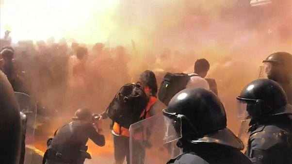 بالفيديو : اشتباكات بين الشرطة ومحتجين كتالونيين في برشلونة