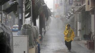 Le typhon Trami frappe le Japon