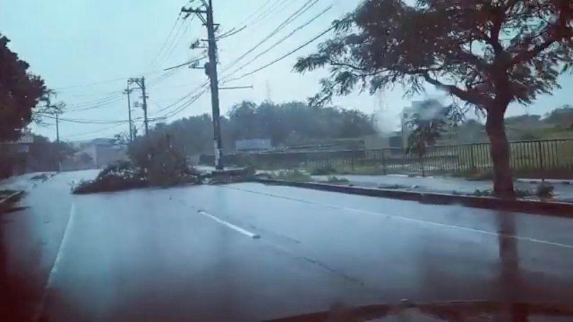 Un puissant typhon atteint le Japon, des blessés