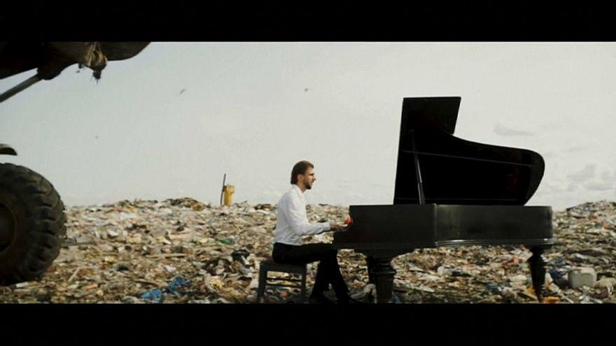 شاهد : ينشر الوعي حول مشكلة التلوث بموسيقاه!