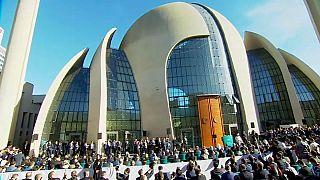 Erdogan inaugura la mezquita más grande de Alemania entre manifestaciones y críticas