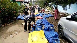 Leichen pflastern die Straße in Palu