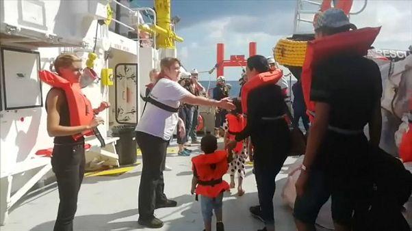 Su una nave militare maltese i 58 salvati dall'Aquarius