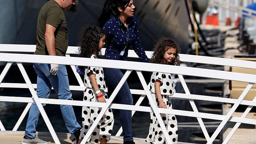 «Πάτησαν στεριά» οι μετανάστες του Aquarius