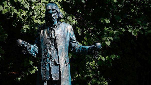 فنان يجسّد شخصية العالم اسحق نيوتن في أحد المهرجانات ببلجيكا