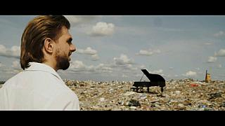 Russian pianist performs on garbage