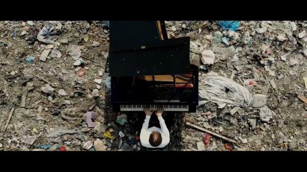 Música en un vertedero de Rusia para concienciar sobre la contaminación
