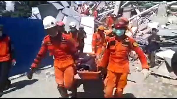 Sismo na Indonésia: as difíceis tarefas de resgate