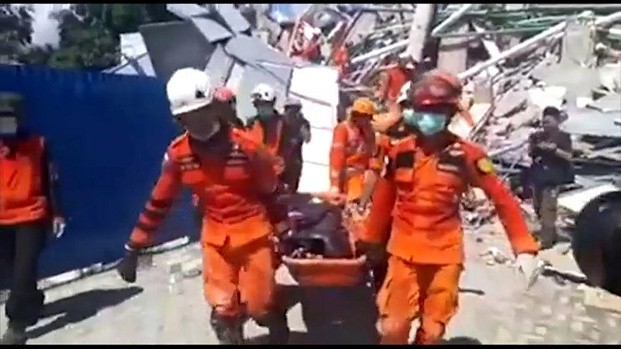 Indonesien: Wettlauf mit der Zeit um Verletzte und Verschüttete