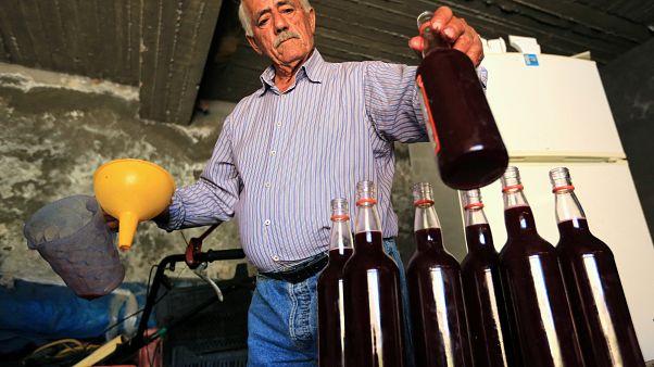 تعرف إلى جرجس.. صانع النبيذ الأحمر من دهوك شمال العراق