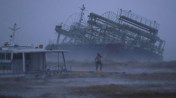 Tayfun nedeniyle Okinava'da kıyıya vuran gemi