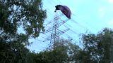 Bottrop: Heißluftballon steckt in Strommast fest